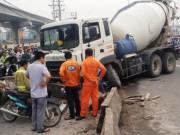 Tin tức trong ngày - TPHCM: Xe bồn đâm dải phân cách, xa lộ Hà Nội kẹt cứng