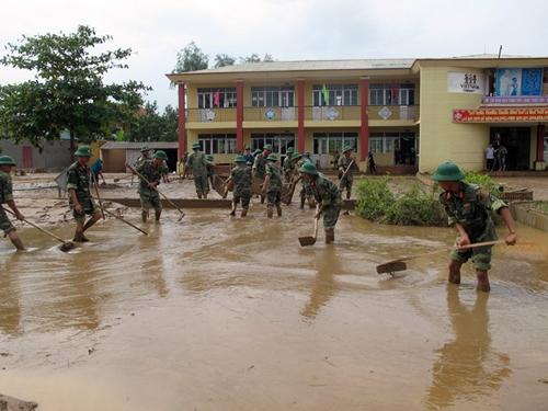 Quảng Bình: 7 HS tử vong do lũ lụt, 25 trường vẫn ngập - ảnh 1