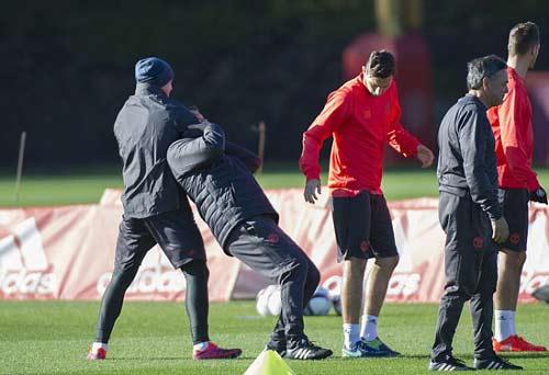 Chuẩn bị Europa League, Rooney học đánh lộn - ảnh 1