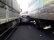 """Tin tức trong ngày - Ô tô 4 chỗ bị 2 xe tải """"ép giò"""", nhiều người gào khóc"""