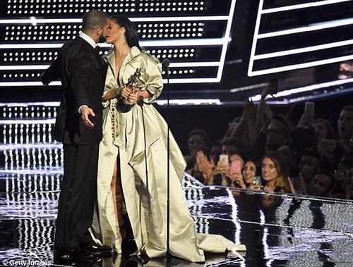 Hậu chia tay bạn trai, Rihanna ngày càng nóng bỏng - ảnh 2