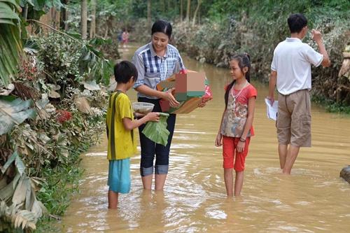 Hoa - á hậu Việt mặc giản dị mà rạng rỡ đi từ thiện - 1