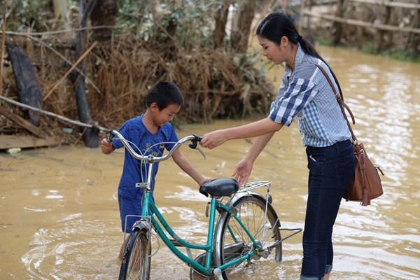 Hoa - á hậu Việt mặc giản dị mà rạng rỡ đi từ thiện - 2