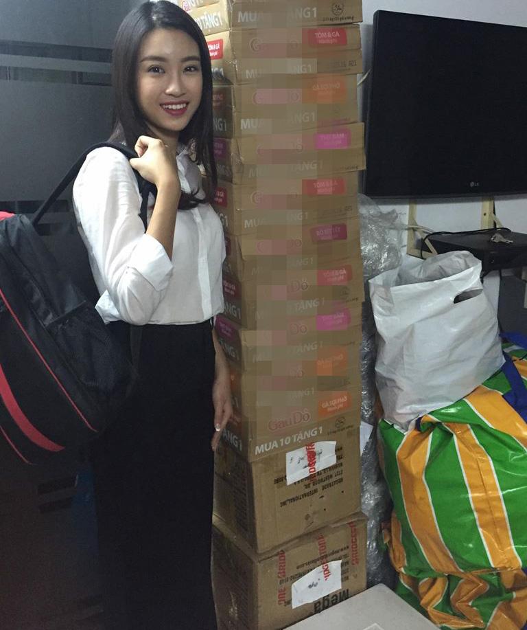 Hoa - á hậu Việt mặc giản dị mà rạng rỡ đi từ thiện - 4