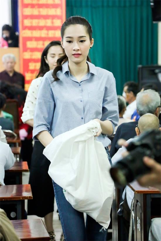 Hoa - á hậu Việt mặc giản dị mà rạng rỡ đi từ thiện - 9