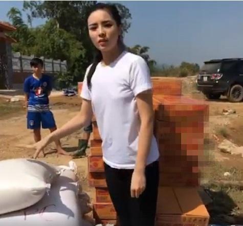 Hoa - á hậu Việt mặc giản dị mà rạng rỡ đi từ thiện - 6