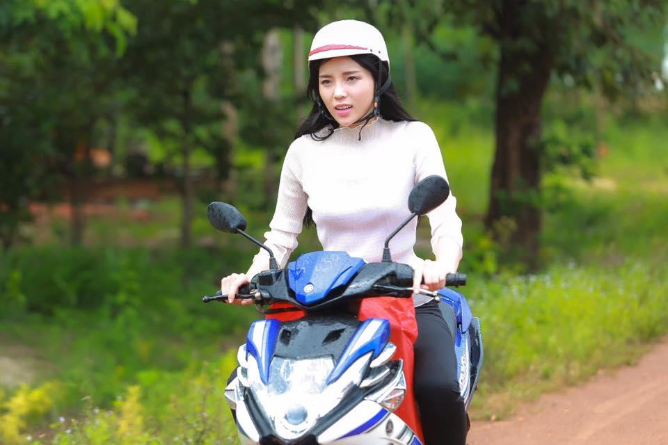 Hoa - á hậu Việt mặc giản dị mà rạng rỡ đi từ thiện - 8