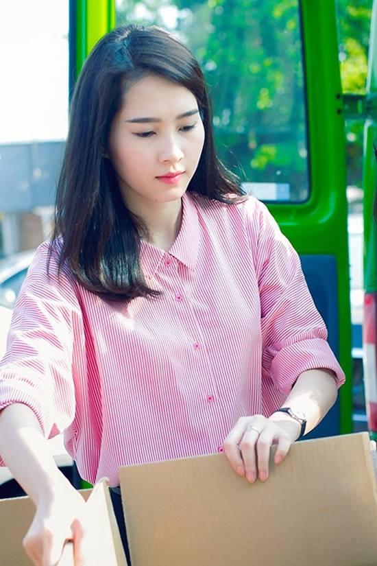 Hoa - á hậu Việt mặc giản dị mà rạng rỡ đi từ thiện - 10