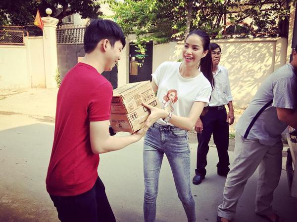 Hoa - á hậu Việt mặc giản dị mà rạng rỡ đi từ thiện - 12