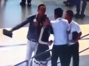 """Tin tức trong ngày - Vụ đánh nữ nhân viên hàng không: """"Là cán bộ sao kém văn minh?"""""""