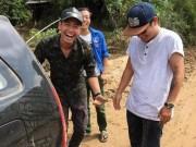 Đời sống Showbiz - 9  hình ảnh xúc động nhất của Phan Anh trong 3 ngày ở miền Trung
