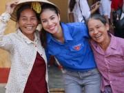 """Thời trang - Hoa hậu Phạm Hương """"hóa"""" tiên nữ tại vùng lũ Quảng Bình"""