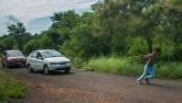 """Video: """"Siêu nhân"""" Ấn Độ kéo 2 ô tô bằng vai nhẹ như không"""