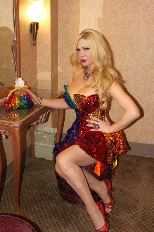 Tròn mắt với trang phục siêu mỏng của mỹ nữ chuyển giới
