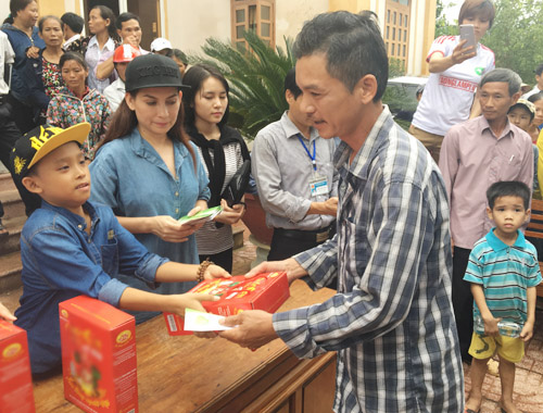 Mẹ con Hồ Văn Cường mang 1 tỷ đồng tặng bà con miền Trung - ảnh 1