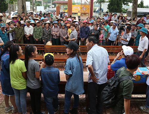 Mẹ con Hồ Văn Cường mang 1 tỷ đồng tặng bà con miền Trung - ảnh 2