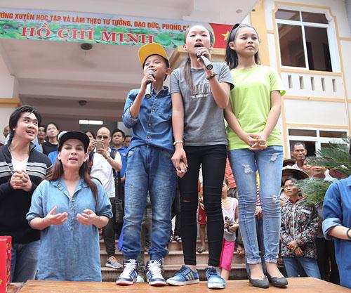 Mẹ con Hồ Văn Cường mang 1 tỷ đồng tặng bà con miền Trung - ảnh 3