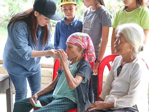 Mẹ con Hồ Văn Cường mang 1 tỷ đồng tặng bà con miền Trung - ảnh 4