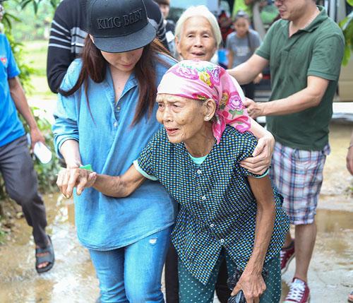 Mẹ con Hồ Văn Cường mang 1 tỷ đồng tặng bà con miền Trung - ảnh 5