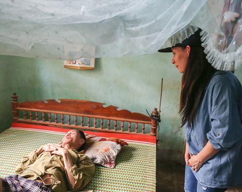 Mẹ con Hồ Văn Cường mang 1 tỷ đồng tặng bà con miền Trung - ảnh 6