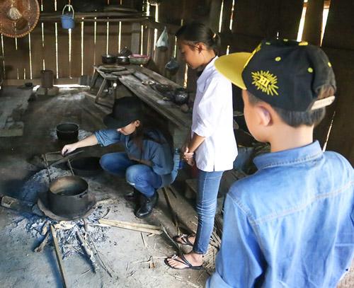 Mẹ con Hồ Văn Cường mang 1 tỷ đồng tặng bà con miền Trung - ảnh 7