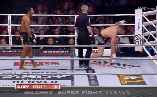 MMA, phẫn nộ trọng tài: Võ sĩ gần ngất vẫn bắt đấu