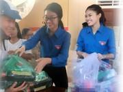 Thời trang - HH Mỹ Linh, Á hậu Thanh Tú giản dị tiếp sức miền lũ