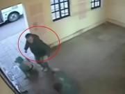 Bạn trẻ - Cuộc sống - Clip: Côn đồ hành hung cô gái bị Soái ca đánh nhừ tử