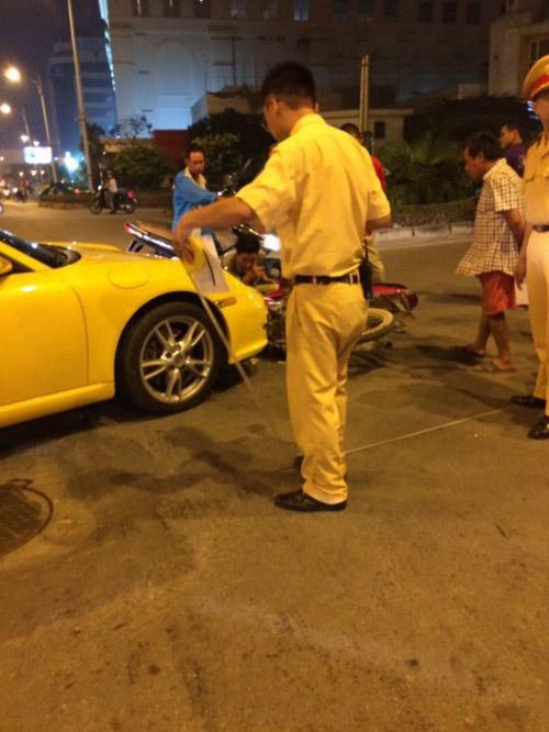 """Porsche 911 Carrera """"sứt đầu mẻ trán"""" trên phố Minh Khai"""