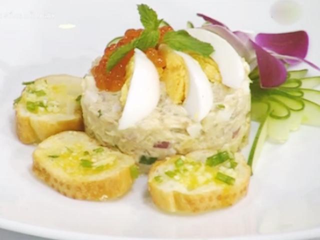 Salad trứng cá hồi 'nên duyên' cùng bánh mì bơ tỏi