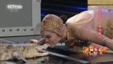 Toát mồ hôi xem cô gái xinh đẹp môi đỏ chót hôn cá sấu