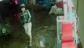 Clip: Tên cướp xông vào tiệm uốn tóc giật điện thoại