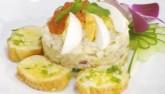 """Salad trứng cá hồi """"nên duyên"""" cùng bánh mì bơ tỏi"""