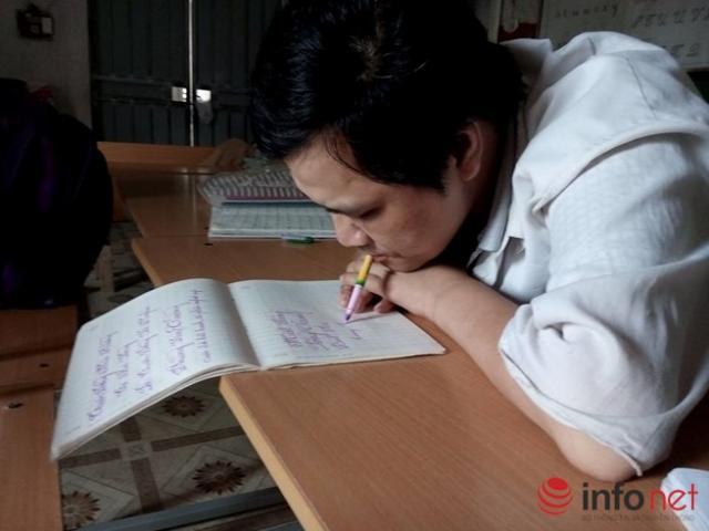 Lớp học đặc biệt của người thầy dùng miệng viết chữ