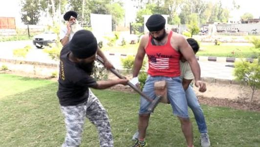 """""""Người thép"""" Ấn Độ cho dùng búa đập liên tiếp vùng kín"""