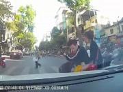 Bạn trẻ - Cuộc sống - Thanh niên chạy SH tạt đầu ô tô đánh rơi cả bạn gái