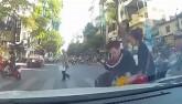Thanh niên chạy SH tạt đầu ô tô đánh rơi cả bạn gái