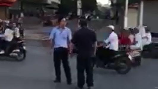 Clip: Va chạm giao thông, 2 người đàn ông đánh nhau giữa phố