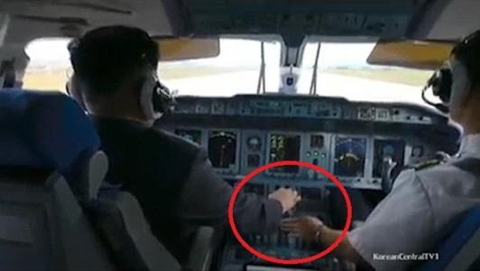 Kim Jong-un trổ tài bắn súng, lái máy bay điêu luyện