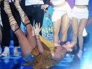 """Ca nhạc - MTV - Những cú """"vồ ếch"""" đau điếng trên sân khấu của mỹ nhân Việt"""