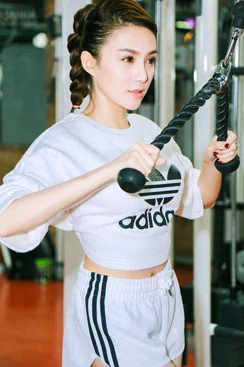 Chân dài Lê Hà The Face lộ ảnh tập gym căng nuột - 1