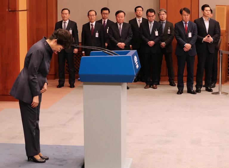 """""""Người chị em"""" bí ẩn điều khiển Tổng thống Hàn Quốc - 2"""