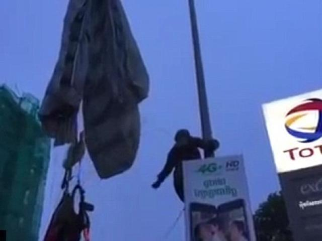 Campuchia: Tức cười lính dù bay lạc mắc kẹt trên cột đèn