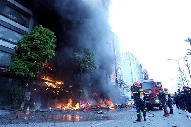 Cháy quán karaoke: Biển lửa thiêu rụi hàng loạt ô tô, xe máy - 1