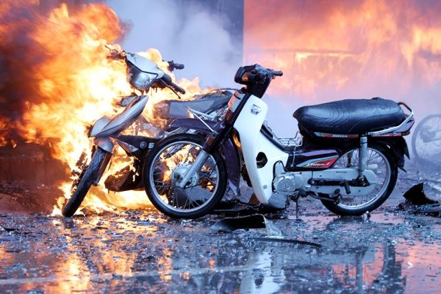 Cháy quán karaoke: Biển lửa thiêu rụi hàng loạt ô tô, xe máy - 4