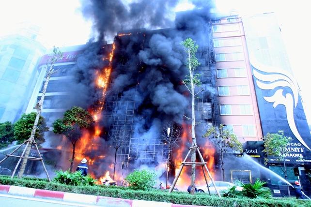 Cháy quán karaoke: Biển lửa thiêu rụi hàng loạt ô tô, xe máy - 2