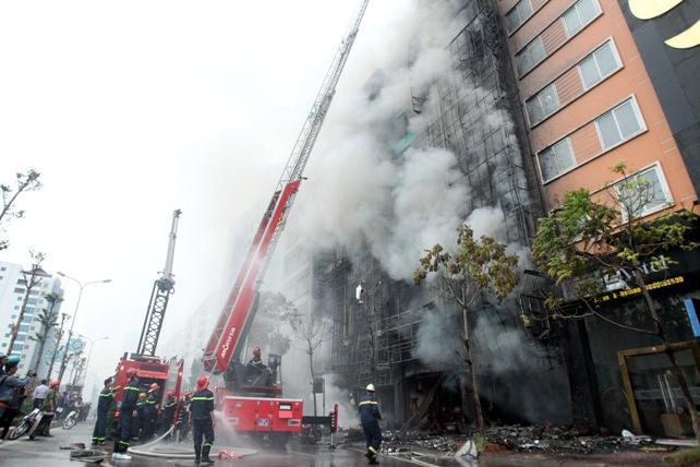 Cháy quán karaoke: Biển lửa thiêu rụi hàng loạt ô tô, xe máy - 12