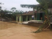 Tin tức trong ngày - Quảng Bình: Lũ gây vỡ đê, dân ăn mì tôm sống qua ngày
