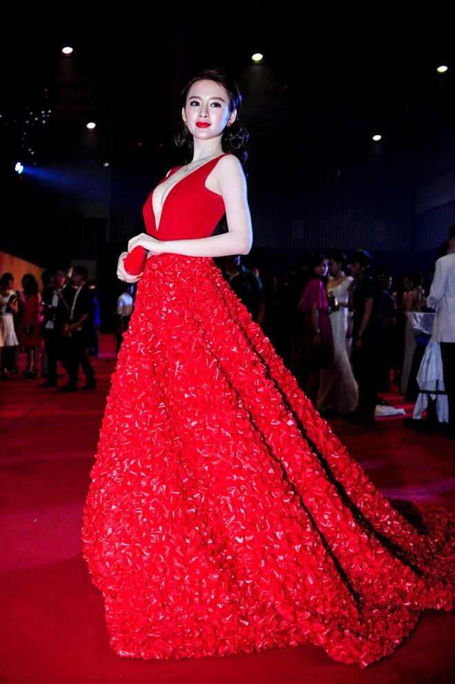 """Những bộ cánh """"rúng động"""" thảm đỏ của Angela Phương Trinh - 13"""