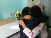 Video An ninh - Thiếu nữ đánh bạn, bắt liếm chân bật khóc tại trụ sở CA